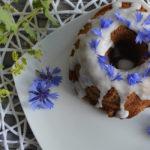 Guglhupf mit Kornblumen und Butterkeksen